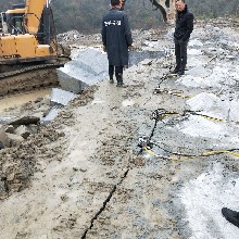 遼寧盤錦采石場挖石頭巖石劈裂機圖片