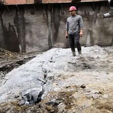 貴州赤水市地基開挖破裂石頭機器圖片