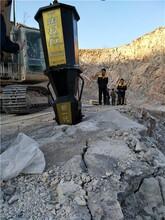 安徽芜湖修路平整场地山坡劈石机液压劈裂棒图片