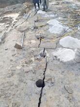 黑龍江雙城市挖地基蓋房子遇到堅硬巖石用石頭撐裂機圖片
