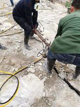 新疆喀什山體開砂巖做石料液壓劈裂機圖片