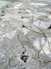 河北安國市采石場挖石頭巖石劈裂機圖片