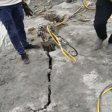 阿里日喀则代替破碎锤开采石灰岩劈裂棒当场调试图片