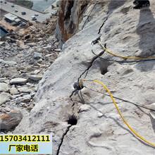 西青挖沟渠破硬石头的机器图片