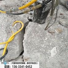 甘孜雅江青石開采修路用破石器破碎裂石棒圖片