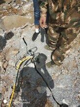 開縣云陽取代炸藥爆破配合挖機破碎錘快速破碎巖石圖片