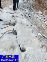 工地上破石头开岩石的机器一劈裂棒代替放炮图片