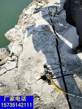 挖地基破除石块大型破石机械一劈裂棒代替放炮图片