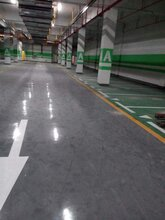 常用停车场环氧地坪施工工艺:豫信地坪完工后整体地面光亮洁净颜色均一图片