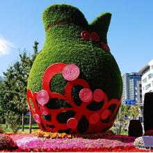 四川绿雕造型厂家小汽车小火车的创意景观仿真绿雕造型制作图片