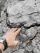 棗莊礦鎂礦石開采撐石頭機器裂石機工作原理