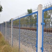 四川達州高速鐵路護欄網廠家價格鐵路水泥柱框網綠色鋼絲網墻圖片