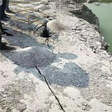 公路修建开挖硅石矿山破石器采石产量高图片