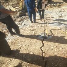 河北石家庄石灰岩采石场破裂石块劈裂棒一天几十块钱成本图片