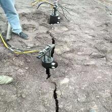 青石挖基坑硬岩石打不动用静态劈裂棒图片