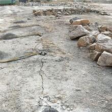 浙江丽水硅矿道路扩建遇到硬岩石无法放炮用劈裂机采石方法咨询图片
