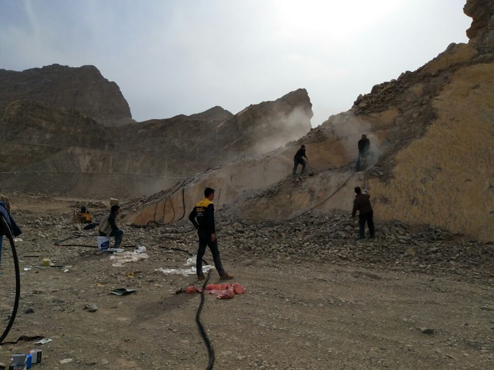 岩石二次分解石英石矿太硬大型岩石劈裂机机