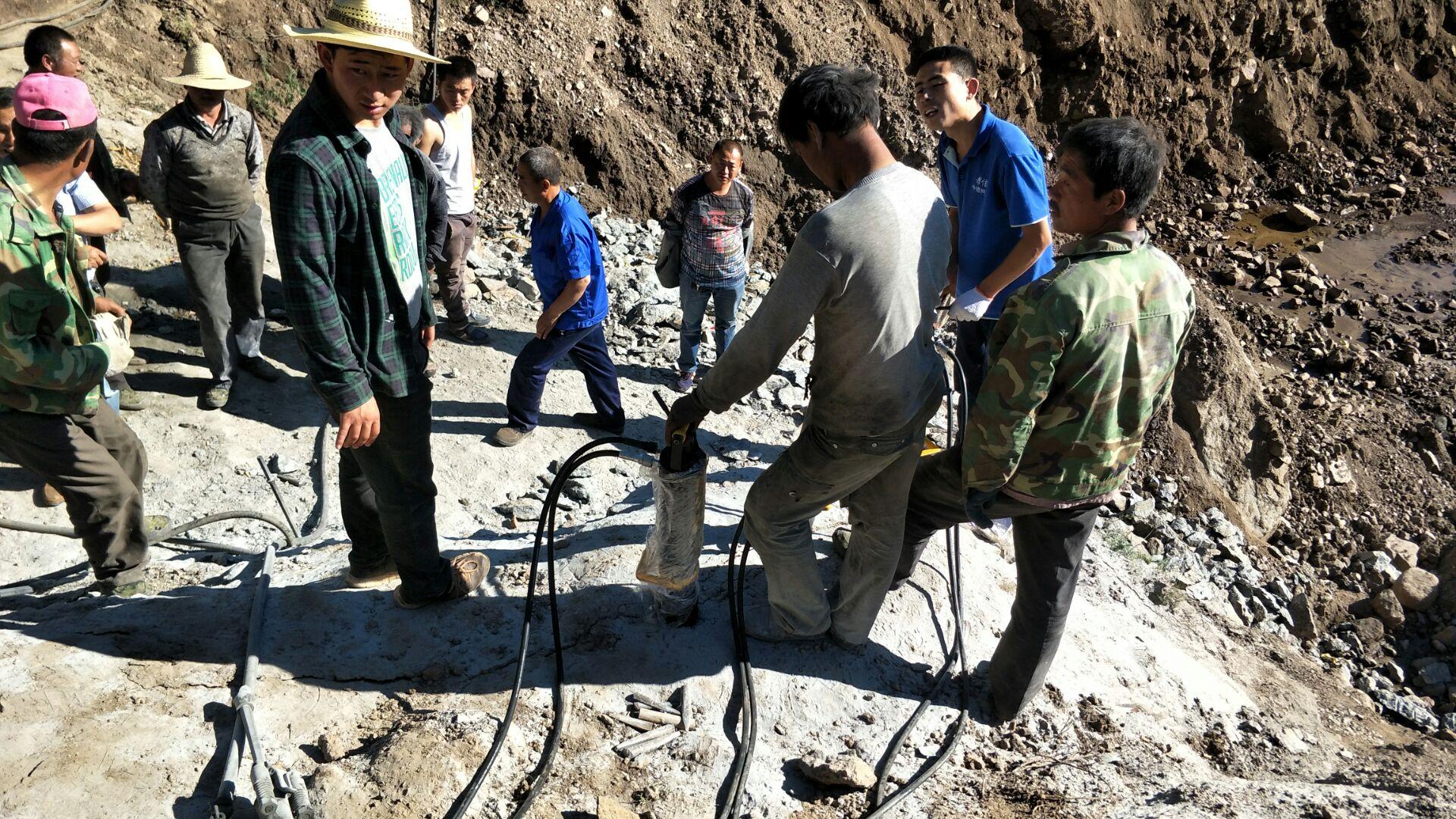 的劈裂棒矿山开山神器镁矿开采替代爆破破碎石头设备