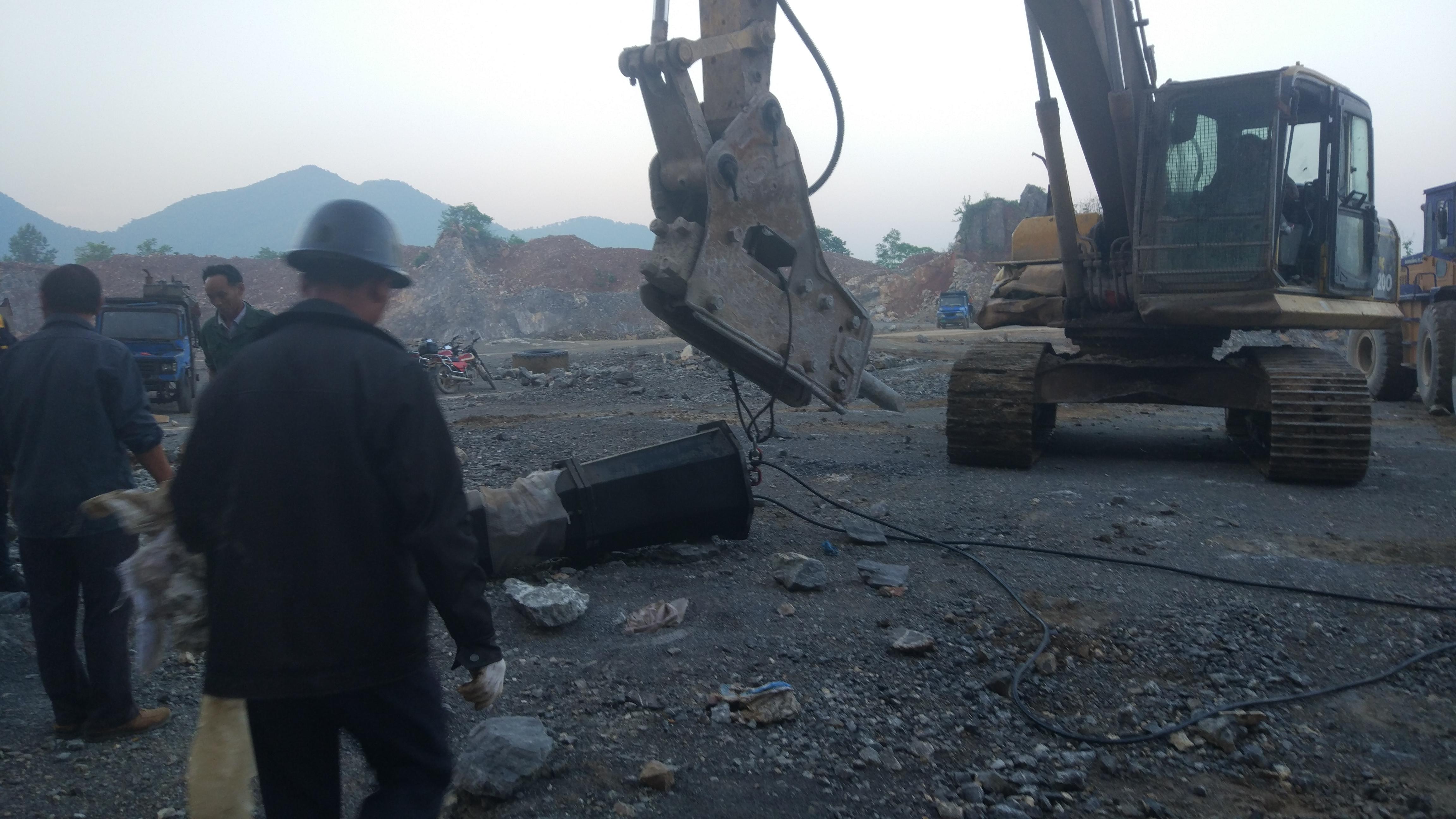机载式.石英石花岗岩劈石机液压机制造