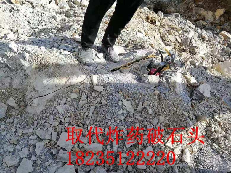 装在挖机上的开山采石设备劈裂机好用吗