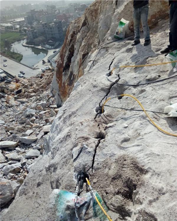 新疆布尔津破硬石头的机器