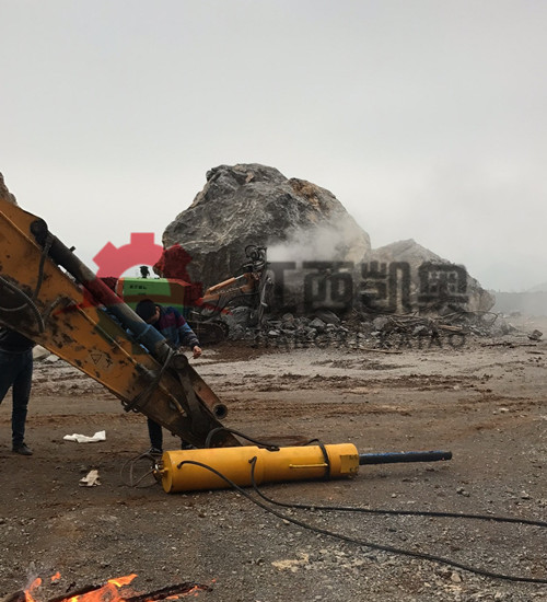 掘石机履带式破裂机岩石硬度高破碎锤打不动挖改撑裂机潍坊
