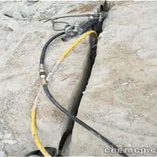 黑龙江修高速公路遇到硬石头静态裂石机实施图片