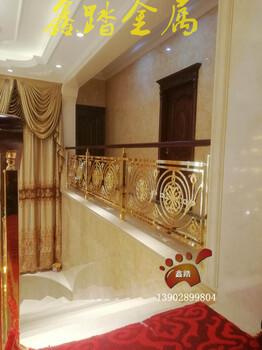 酒店旋转楼梯铝艺楼梯扶手紫荆花铝板雕刻护栏带榉木扶手