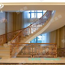 酒店旋转楼梯定做__铝艺玫瑰金护栏整板浮雕铝艺护栏图片