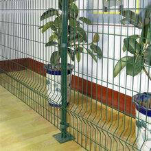 三角折弯护栏网价格规格_批发桃型柱护栏网_专业的三角折弯护栏网厂家图片