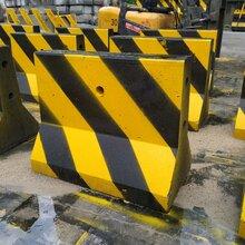 廣州南沙水泥隔離墩廠家/隔1米擺放的隔離墩圖片