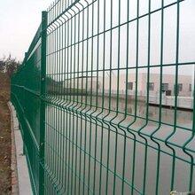 三角折弯护栏网桃型柱护栏网小区防护网图片