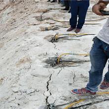 武威挖机带破碎石头的机器开采成本图片