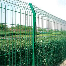农村圈地铁丝网+浸塑双边丝护栏网+养殖圈围护栏网图片