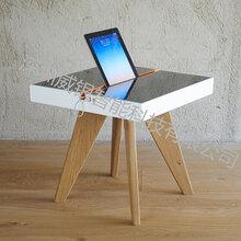 深圳厂家直供的太阳能休闲椅,提供手机充电的椅子图片