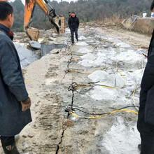坡头公路扩建遇到硬石头钩机打不动拆除方法图片