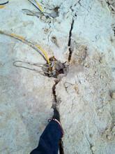 通道采石场石头破开劈裂机岩石开采技术开采设备图片