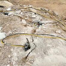 开远采石场比放炮成本低的岩石分裂机快速分裂图片