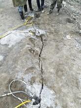 蔚县采石场荒料开采修高速路破硬石头分裂机不扰民图片