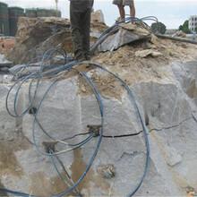 邳州挖沟槽遇到太硬石块用岩石分裂棒图片