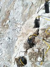 山南河道扩建挖掘破碎硬石头的机器图片