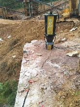宝应地基开挖遇到坚硬石头挖机打不动图片