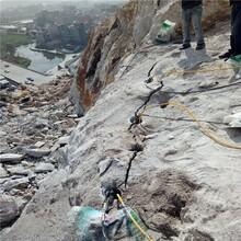沙田镇挖沟渠遇到花岗岩开石头致裂器图片