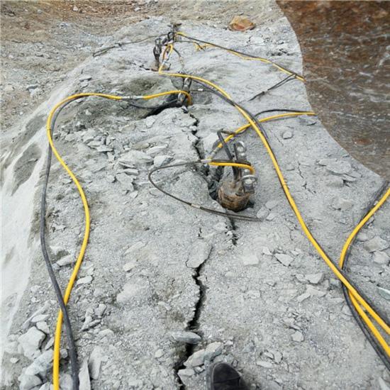 玉树坑基开挖大型劈裂机孔径深度