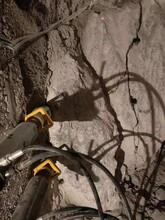 密山遇到巖石硬度高用什么設備劈石機圖片