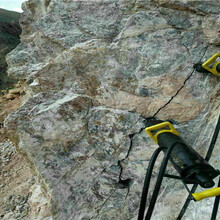 河北正定矿山开采裂石器大型手持式劈裂机厂家咨询图片