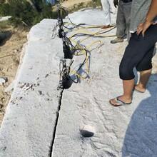 瀍河采石场花岗岩大规模开采使用岩石劈裂机图片