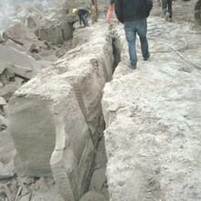 迁安修路开采坚硬石灰岩劈裂机图片