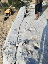 台前石头太硬钩机钩不动用液压劈裂棒图片