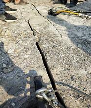 香河快速破石头办法花岗岩公路修建劈裂棒图片